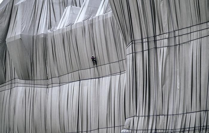 Reichstag: Kletterer bei der Verhüllung Berlin 1995