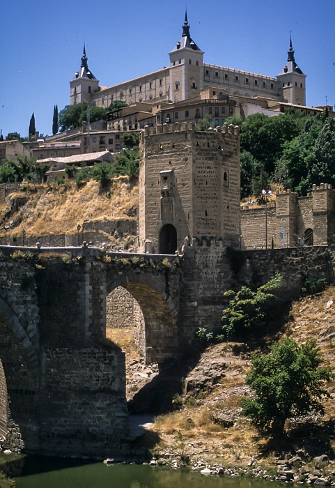 Puente de Alcántara über den Río Tajo, Puerta de Alcántara, Centro Histórico mit dem Alcázar de Toledo Toledo 1996