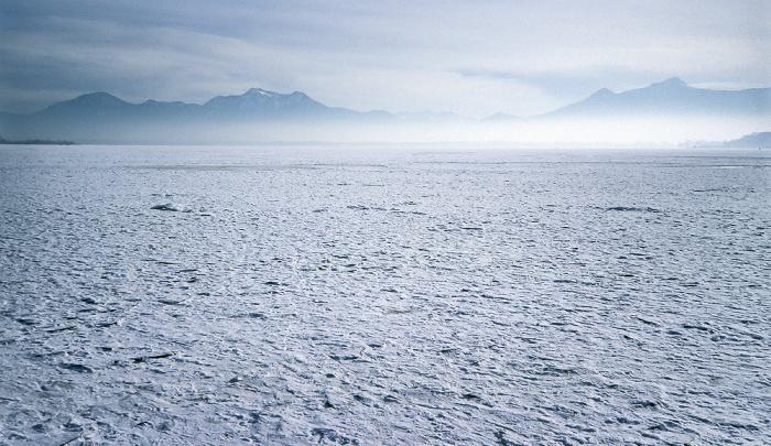 Zugefrorener Chiemsee und Chiemgauer Alpen