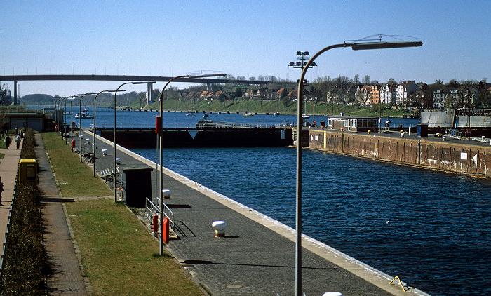 Nord-Ostsee-Kanal: Schleuse Kiel-Holtenau Hochbrücke Kiel-Holtenau