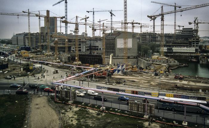 Blick von der Info-Box Potsdamer Platz: Potsdamer Platz / DaimlerChrysler-Areal mit debis-Haus (Baustellen) Berlin 1997