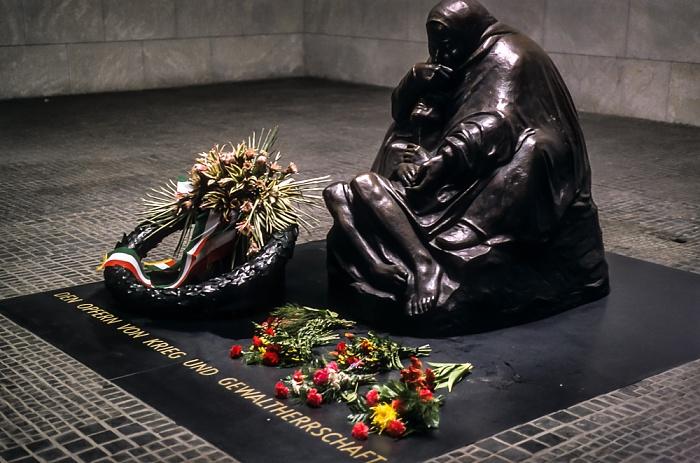 Neue Wache:  Skulptur Mutter mit totem Sohn (von Käthe Kollwitz) Berlin 1997