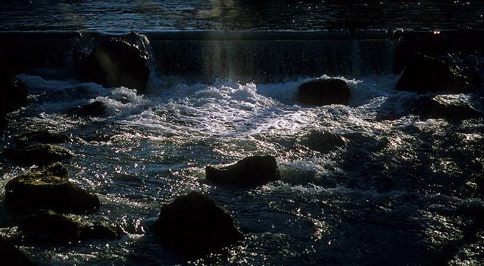 München Englischer Garten: Eisbach-Wasserfall