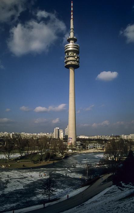 Olympiapark mit zugefrorenem Olympiasee und Olympiaturm München 1998
