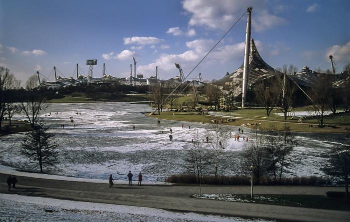 Olympiapark mit zugefrorenem Olympiasee, Olympiastadion und Olympiaschwimmhalle München 1998