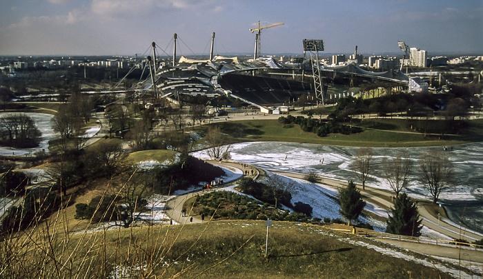 Blick vom Olympiaberg: Olympiapark mit zugefrorenem Olympiasee und Olympiastadion München 1998