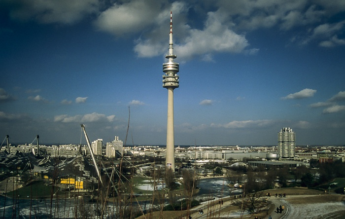 Blick vom Olympiaberg: Olympiapark mit Olympiahalle, Olympiaschwimmhalle, Olympiaturm und zugefrorenem Olympiasee München 1998