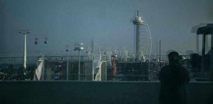 Lissabon EXPO '98: Spiegelbild im Pavilhâo da Utopia: Torre und Ponte Vasco da Gama Pavilhão da Utopia Torre Vasco da Gama