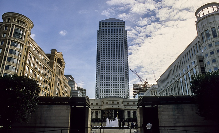 Docklands: One Canada Square (Canary Wharf Tower) London 1998