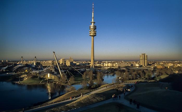Blick vom Olympiaberg: Olympiapark mit Olympiahalle, Olympiaschwimmhalle, Olympiaturm und Olympiasee München 1999