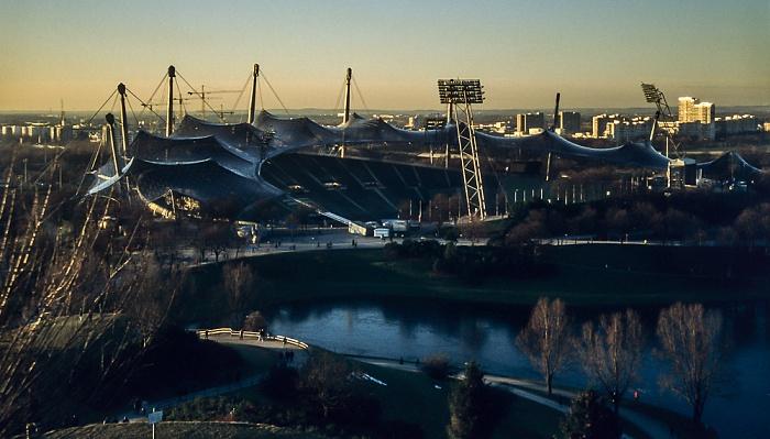 Blick vom Olympiaberg: Olympiapark mit Olympiastadion und Olympiasee München 1999
