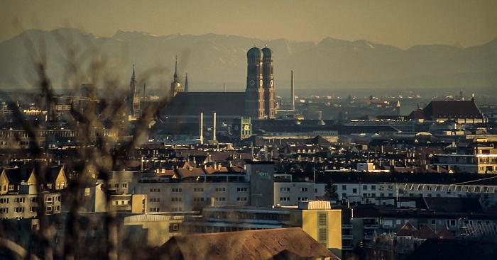 Blick vom Olympiaberg: Stadtzentrum mit Frauenkirche München 1999