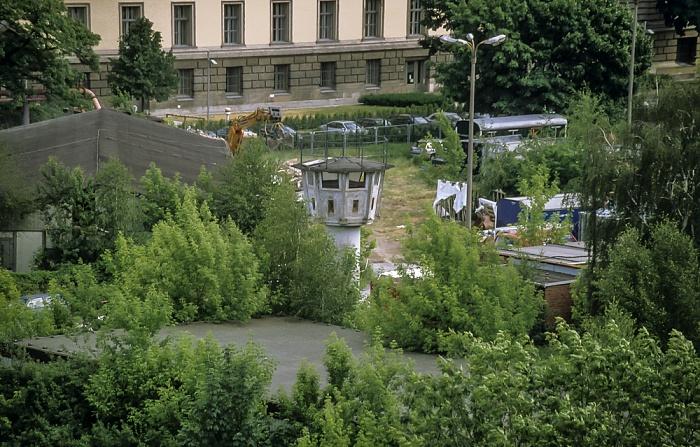 Blick von der Info-Box Potsdamer Platz: Ehem. Grenzwachturm in der Erna-Berger-Straße Berlin 1999