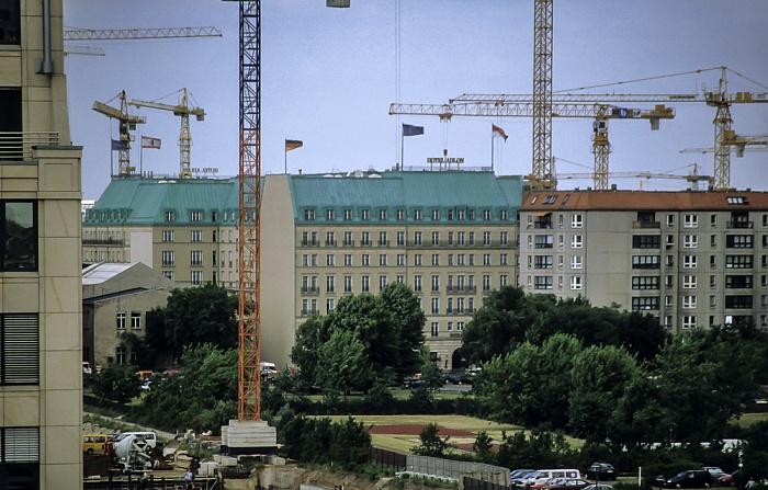 Blick von der Info-Box Potsdamer Platz: Hotel Adlon Berlin 1999