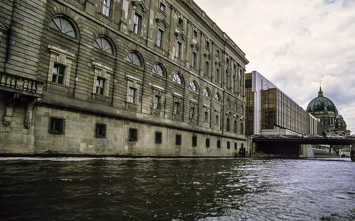 Mitte: Spree, Spreeinsel mit Neuem Marstall und Palast der Republik, Museumsinsel mit Berliner Dom Berlin 1999