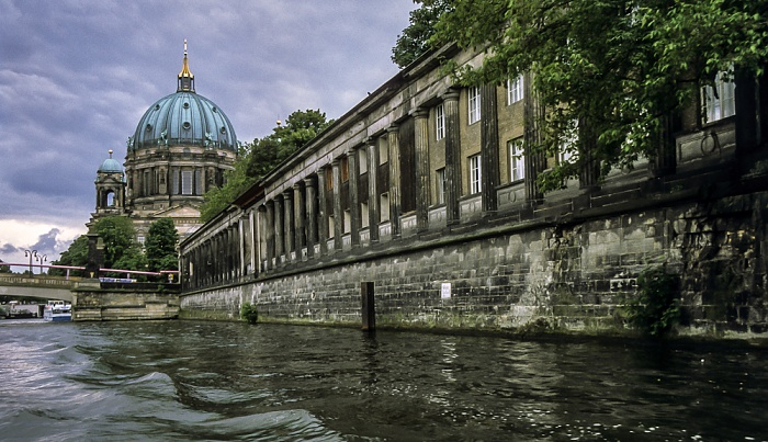 Mitte: Spree, Museumsinsel mit Kolonnadenhof und Berliner Dom Berlin 1999