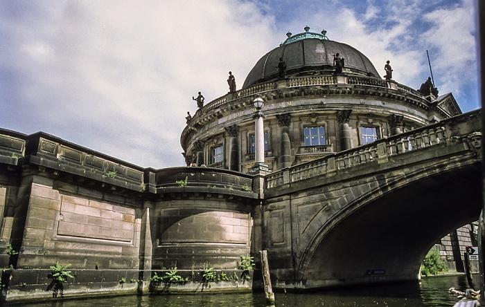 Mitte: Spree / Kupfergraben, Montbijoubrücke, Museumsinsel mit Bode-Museum  Berlin 1999