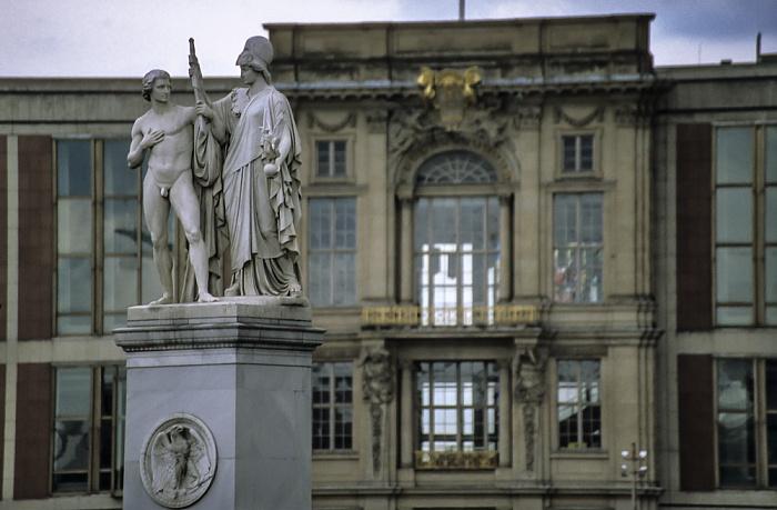 Mitte: Figuren der Schloßbrücke, dahinter das Staatsratsgebäude Berlin 1999