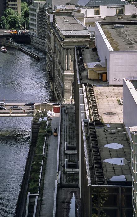 Blick vom Berliner Dom: Spreeinsel mit Palast der Republik (unten) und Neuem Marstall  Berlin 1999