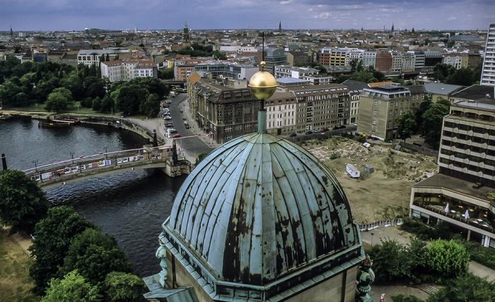 Blick vom Berliner Dom: Spree mit Friedrichsbrücke  James-Simon-Park