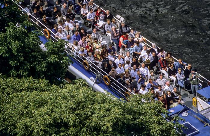 Blick vom Berliner Dom: Ausflugsschiff auf der Spree