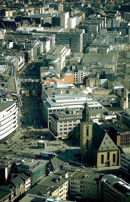 Frankfurt am Main Blick vom MainTower: Zeil, rechts im Vordergrund die Katharinenkirche