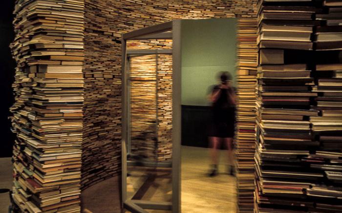 Hannover EXPO 2000: Tschechischer Pavillon: Jürgen zwischen Bücherwänden Tschechischer Pavillon EXPO 2000