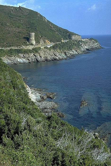 Cap Corse Küstenabschnitt mit Genueserturm (Tour de Losse)