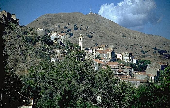 Corte Im Hintergrund der Monte Cecu