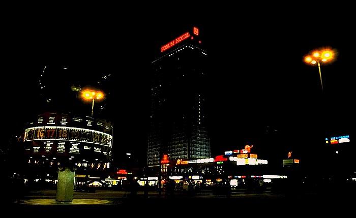 Mitte: Alexanderplatz - Urania-Weltzeituhr und Forum-Hotel Berlin 2000
