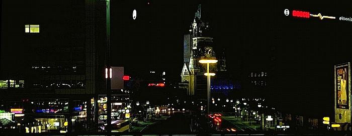 Bahnhof Zoologischer Garten: Im Hintergrund die Kaiser-Wilhelm-Gedächtnis-Kirche Berlin 2000