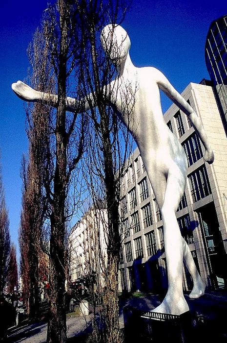München Leopoldstraße in Schwabing: Walking Man