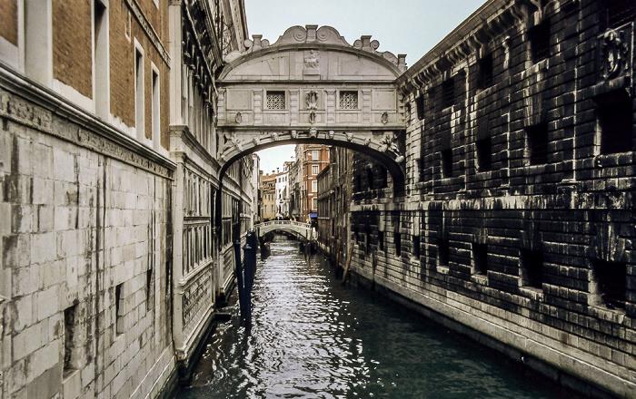 Venedig Seufzerbrücke über den Rio del Palazzo Dogenpalast