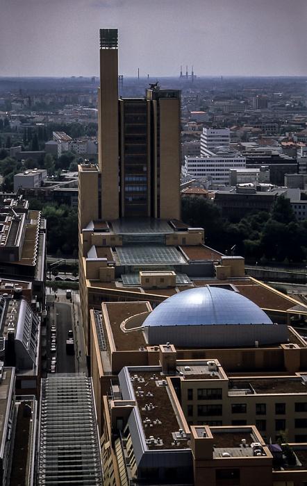 Blick vom Gebäude Potsdamer Platz 1: DaimlerChrysler-Areal mit debis-Haus Berlin 2001