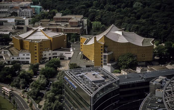 Blick vom Gebäude Potsdamer Platz 1: Kulturforum mit Kammermusiksaal der Philharmonie und die Berliner Philharmonie Berlin 2001