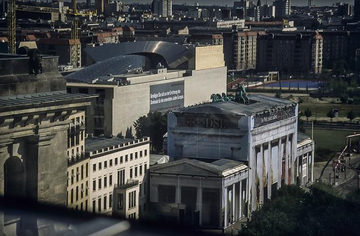 Blick vom Dach des Reichstagsgebäudes: Brandenburger Tor (Baustelle) Berlin 2001