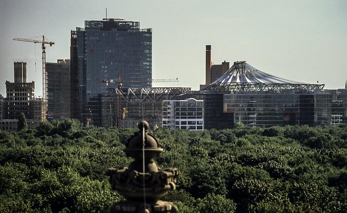 Blick vom Dach des Reichstagsgebäudes: Gebäude am Potsdamer Platz mit BahnTower und Sony Center Berlin 2001
