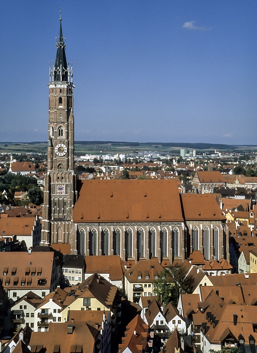 Blick von der Burg Trausnitz: Martinskirche (Stadtpfarr- und Kollegiatstiftskirche St. Martin und Kastulus) Landshut 2001