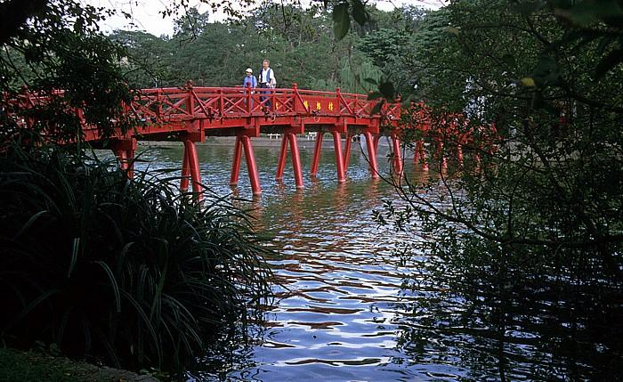Hanoi The Huc-Brücke zum Ngoc Son-Tempel über den Hoan Kiem-See