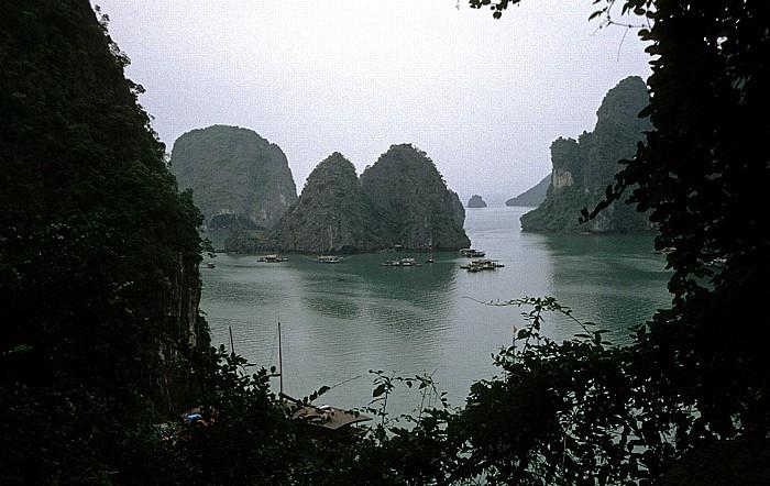 Halong Bay Sung Sot-Höhle: Blick auf die vorgelagerte Inselwelt