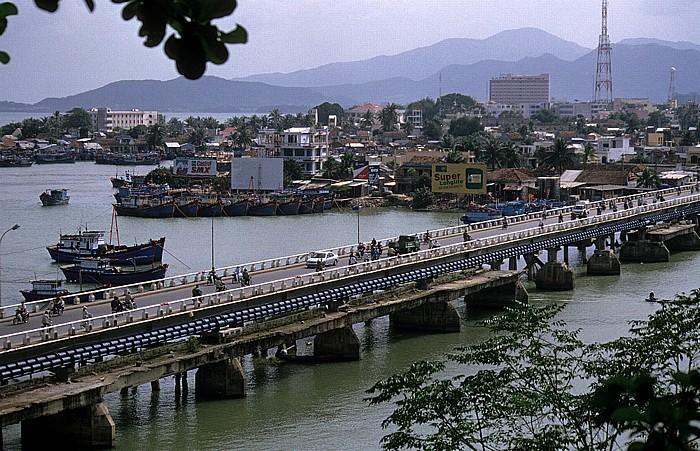 Nha Trang Blick von den Po Nagar Cham-Türmen: Xom Bong-Brücke über den Cai-Fluss