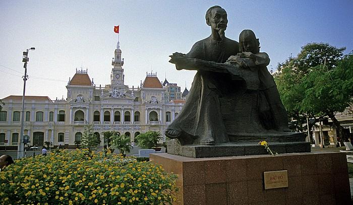 Saigon Ho Chi Minh-Denkmal, dahinter das Rathaus