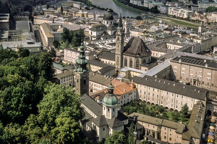Salzburg Blick von Festung Hohensalzburg: Vorne St.-Peter-Kirche, dahinter Franziskanerkirche Universitätskirche
