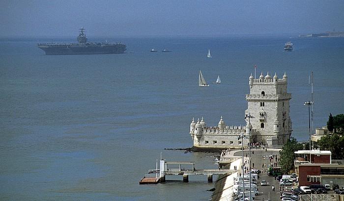 Belém: Blick vom Padrão dos Descobrimentos: Torre de Belém, Tejo mit Flugzeugträger Lissabon 2002
