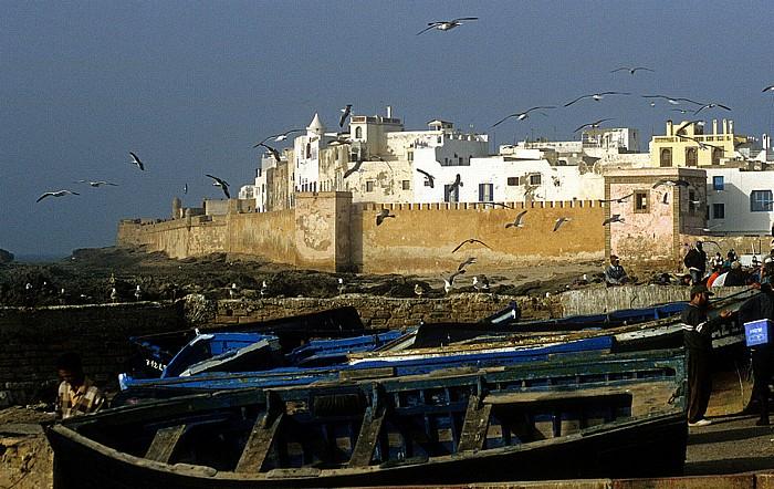 Essaouira Fischerboote unterhalb der Stadtmauer