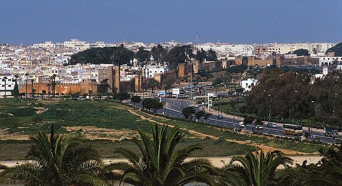 Rabat Blick auf die Medina von Salé mit der Stadtmauer