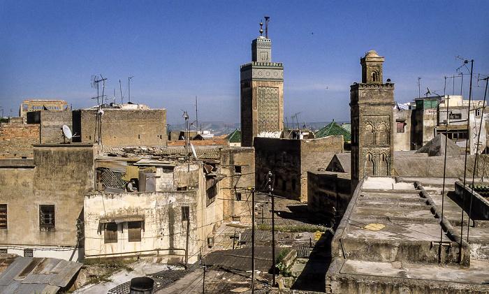 Fès In der Bildmitte das Minarett der Medersa Bou Inania
