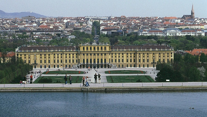 Schlosspark und Schloss Schönbrunn Wien 2003