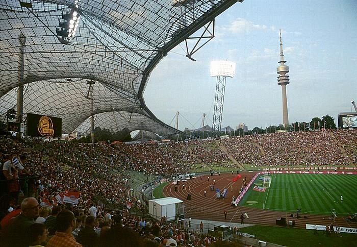 Olympiastadion: Nordkurve und Teil der Gegentribüne München 2003