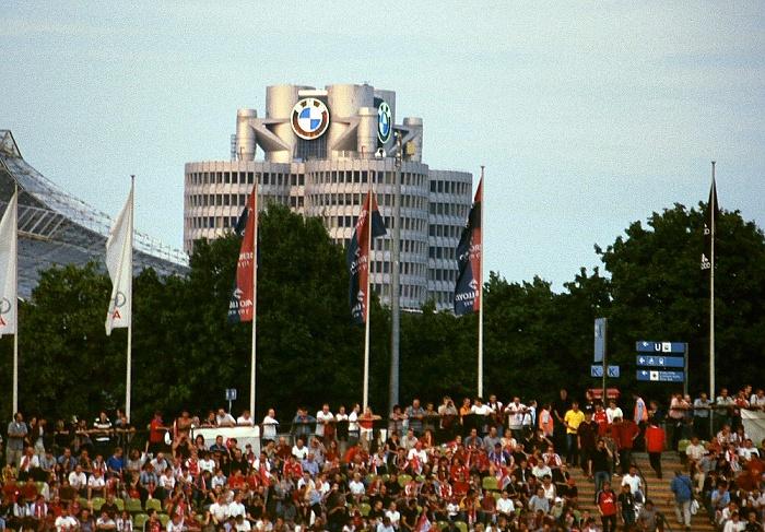 Olympiastadion, dahinter das BMW-Hochhaus München 2003